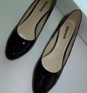 Новые туфли лаковые, чёрные.