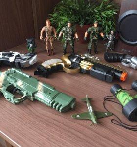 Игрушечные пистолеты и солдатики