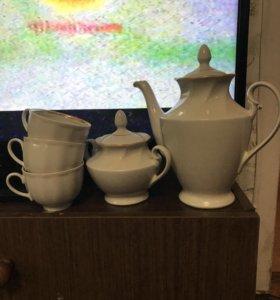 Чайник, сахарница и кружки