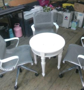 Стол и кресла.