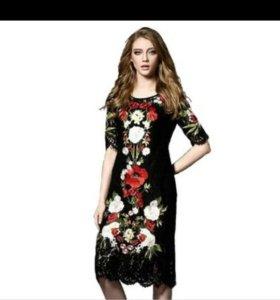 Платье с вышивкой новое