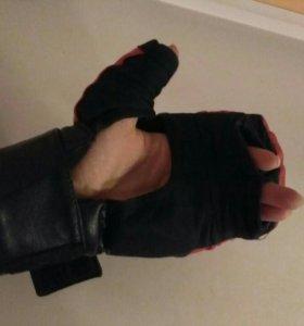 Перчатки для единоборств.