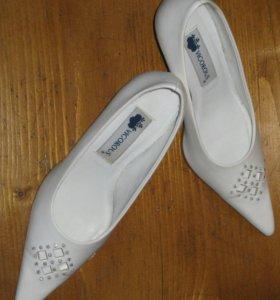 Туфли женские белые VIGOROUS со стразами