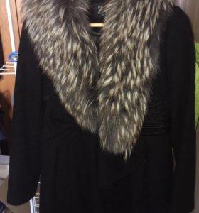 Чёрное пальто с мехом чернобурки