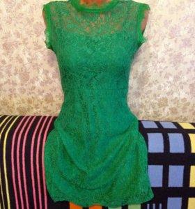 Кружевное платье изумрудного цвета