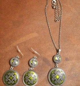 Комплект бижутерии:серьги и кулон на цепочке