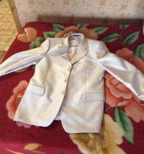 Продаю костюм мужской новый