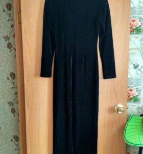Платье из черного бархата.