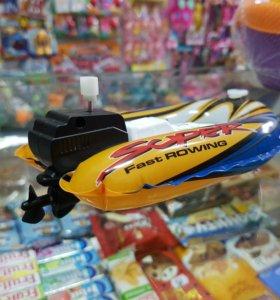 Игрушка лодка с мотором.