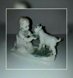 Фарфоровая статуэтка Девочка с козлёнком