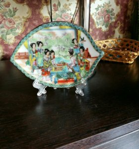 Декоративная тарелка в виде листика на подставке