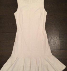 Белое платье с воланом Oodji