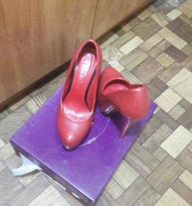 Обув красний