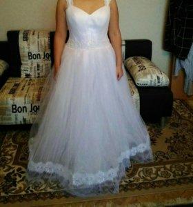 Свадебное платье белое,очень красивое.