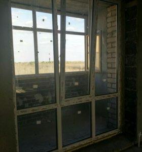 Витражное окно и балконая дверь.