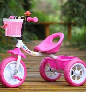 Трехколёсный яркий велосипед
