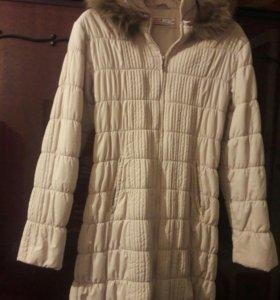 Стеганое бело-кремовое пальто на тонком синтепоне