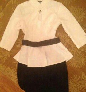 Блузка и юбка.