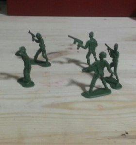 5 солдатиков игрушечных