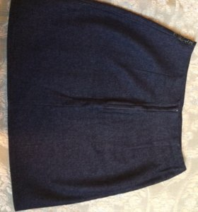 Чёрная джинсовая юбка со стеклярусом на поясе.