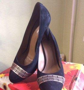 Замшевые туфли на среднем каблуке