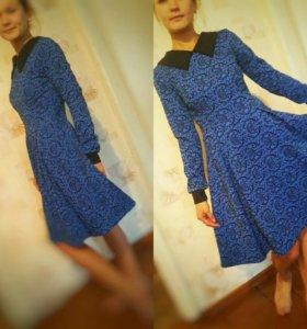 Платье насыщенного синего цвета с пышной юбкой.