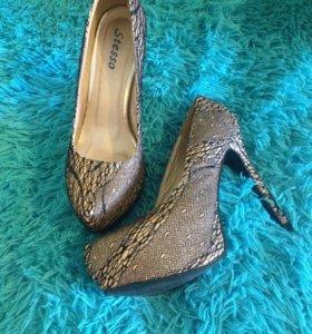 Туфли блестящие с кружевом