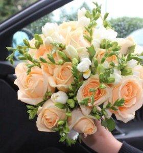 Букет невесты из крем роз и фрезий