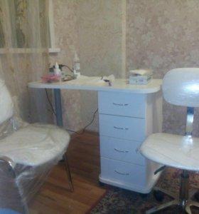 Маникюрный стол и стулья