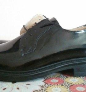 Ботинки мужские с верхом из лаковой кожи. Новые