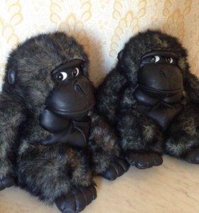 Две игрушечные обезьянки