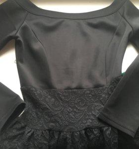 Платье с открытыми плечами и пышной юбкой