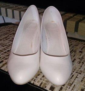Туфли белые кожаные на шпильке