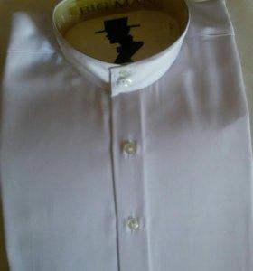 Рубашка белая мужская с длинными рукавами.