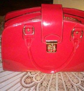 Женская красная лаковая сумка