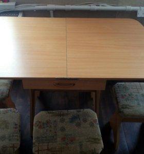 Раскладной кухонный стол и стулья