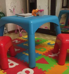 Детский стол +2 детских стульчика