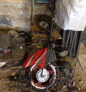 На скутер колесо, бензобак, переключатель, вилка