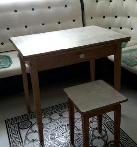 Стол кухонный и 4 табуретки
