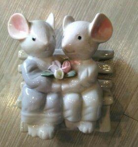 Фарфоровая фигурка мышки