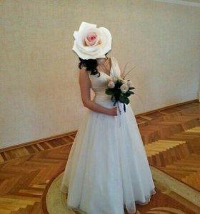 Свадебное платье есть и бижутерия