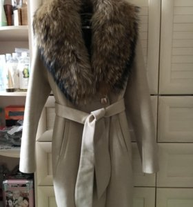 Пальто бежевое с натуральным мехом