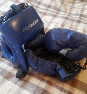 Шлем боксерский и перчатки.