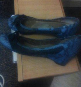 Туфли женские голубые с черным цветом кажа.