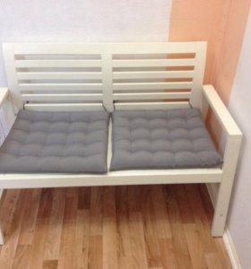 Скамья белая с подушками