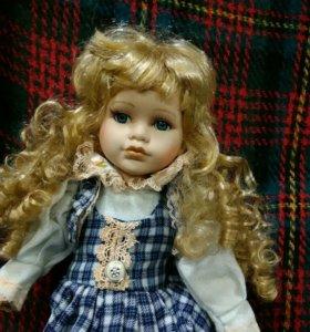 Кукла в клетчатом сарафане.
