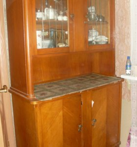 Старые буфет и шкаф с зеркалом