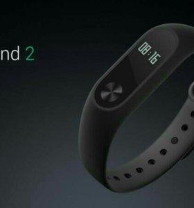 Новый браслет Xiaomi Mi Band 2 рядом с Гордк