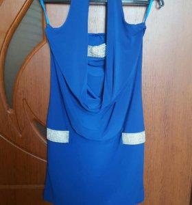 Ярко-синее платье со стразами