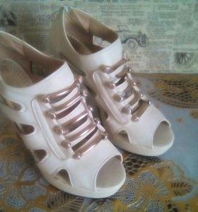 Туфли белые р-р 38-39
